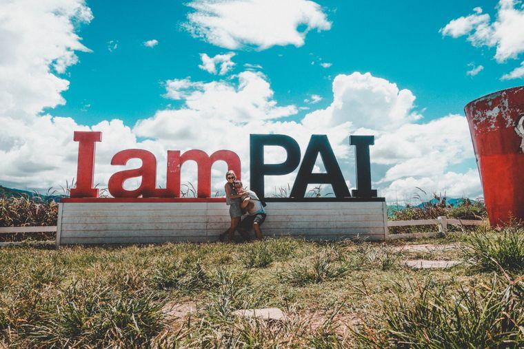 """Lena und Oleg vor dem """"I am Pai""""-Schild."""