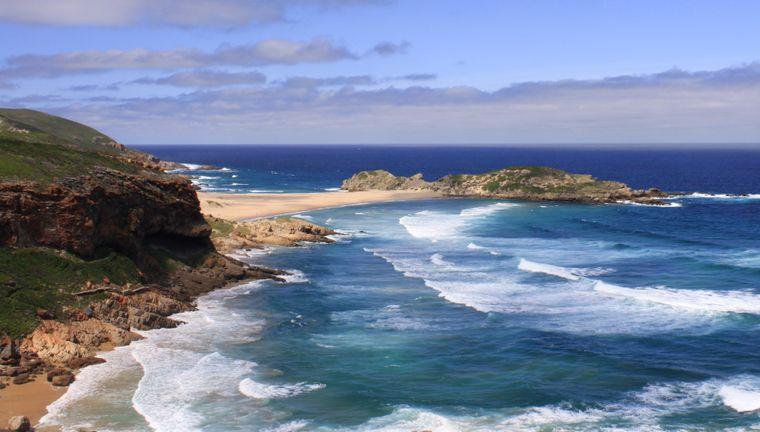 Blick auf die Landschaft und den Strand von Plettenberg Bay im Süden Südafrikas.