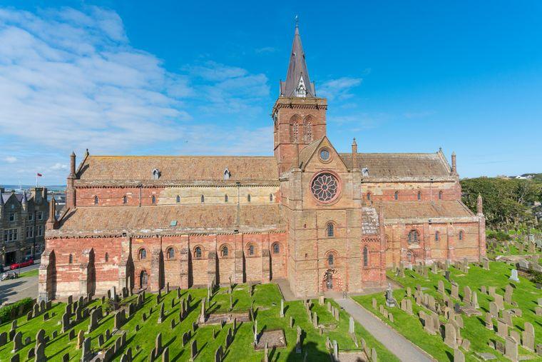 Regelrecht opulent mutet die St.-Magnus-Kathedrale in Kirkwall an, der Inselhauptadt.