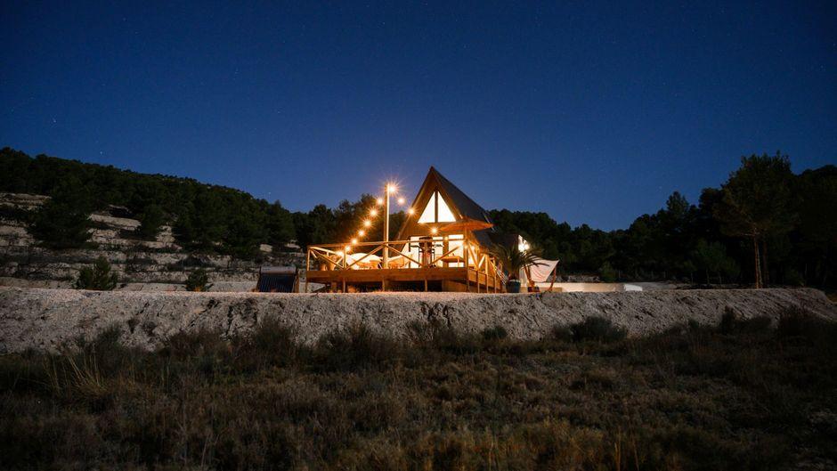 Das beleuchtete Tiny House von Finca les Coves im Dunklen.