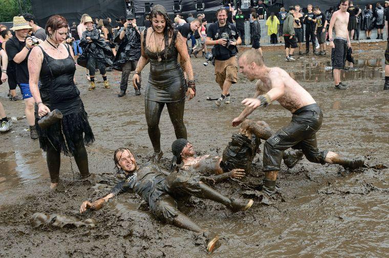 Heavymetal-Fans beim Schlammbad in Wacken.
