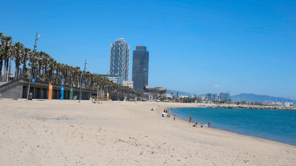 Der Strand in Barcelona muss wohl noch bis Juli auf deutsche Touristen warten. (Symbolbild)
