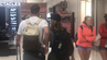 Happy End am Flughafen: Eine Frau hat die Liebesgeschichte zweier Fremder bei Twitter dokumentiert.