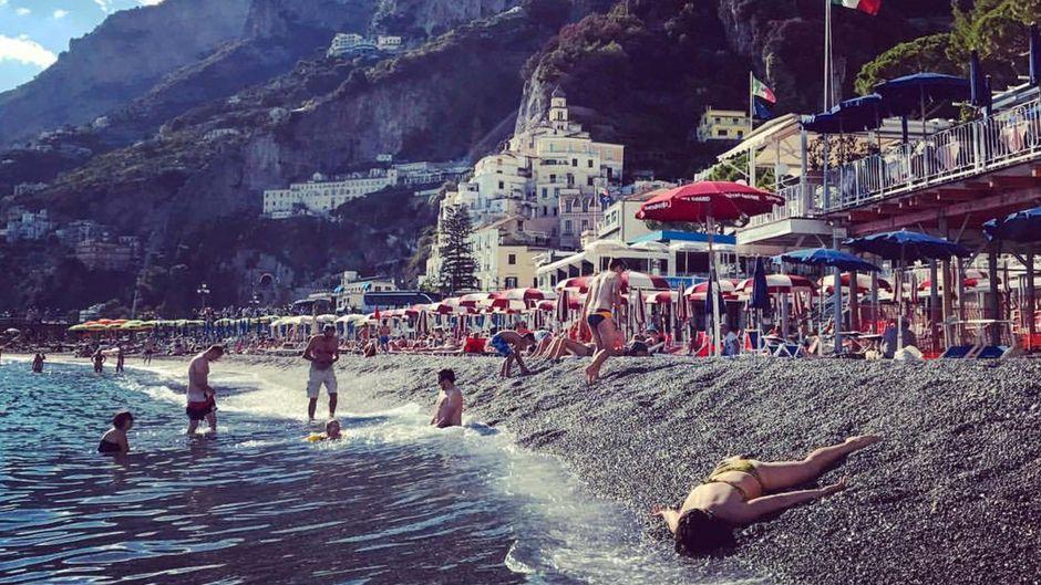 "Fotografin Stephanie Leigh Rose posiert ""tot"" an der Amalfieküste in Italien."