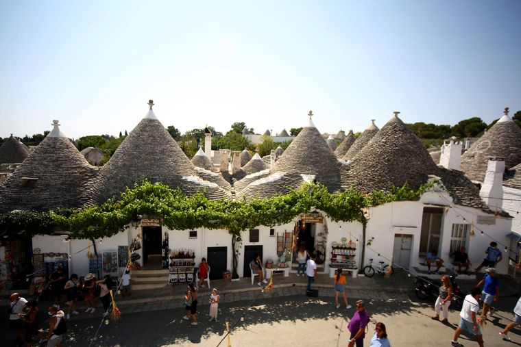 Sicht auf die Stadt Puglia mit verschiedenen Trullo.