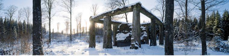 """Bei einer Winterwanderung auf dem Waldskulpturenweg kommst du immer wieder an Kunstwerken vorbei – zum Beispiel an """"Stein – Zeit – Mensch""""."""