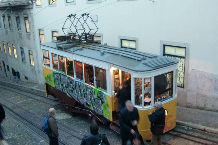 Standseilbahnen und historische Straßenbahnen prägen das Stadtbild Lissabons.