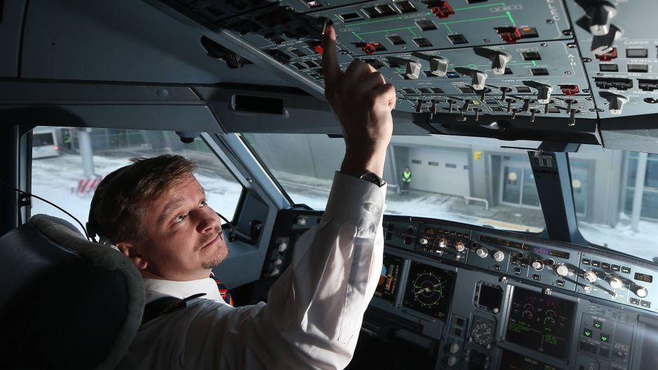 Pilot im Cockpit eines Airbus A330 am Kazan International Airport, Russland.