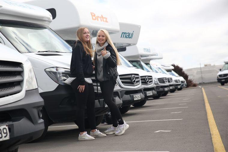 Jane und Julia vor ihrem rollenden Zuhause für die nächsten Tage auf Neuseeland.