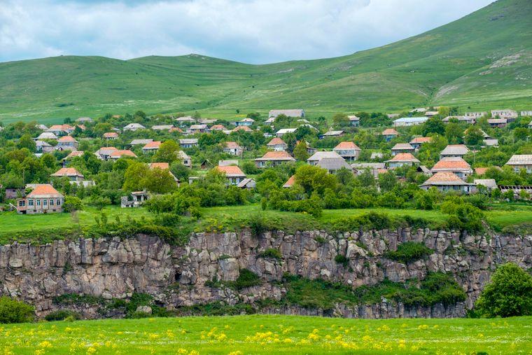 Das Kaukasus-Land Armenien ist eine ehemalige Sowjetrepublik. Es gehörte zu den frühesten christlichen Kulturen, daher gibt es viele religiöse Stätten. Bei Reisen entdecken Touristen zahlreiche Klöster und wandern durch Gebirgslandschaften.