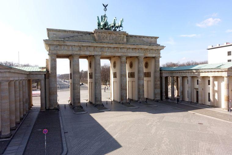 Auswirkungen des Coronavirus: Keine Menschen vor dem Brandenburger Tor auf dem Pariser Platz. Berlin, Deutschland,