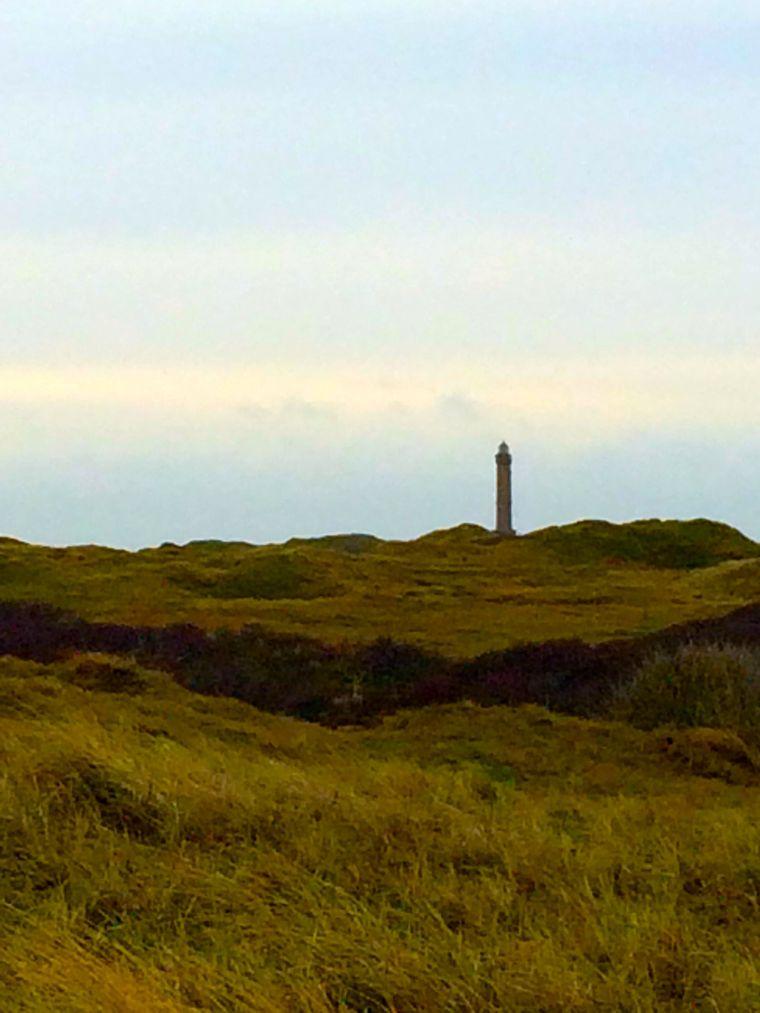 Unwirkliche Dünenlandschaft mit Leuchtturm.