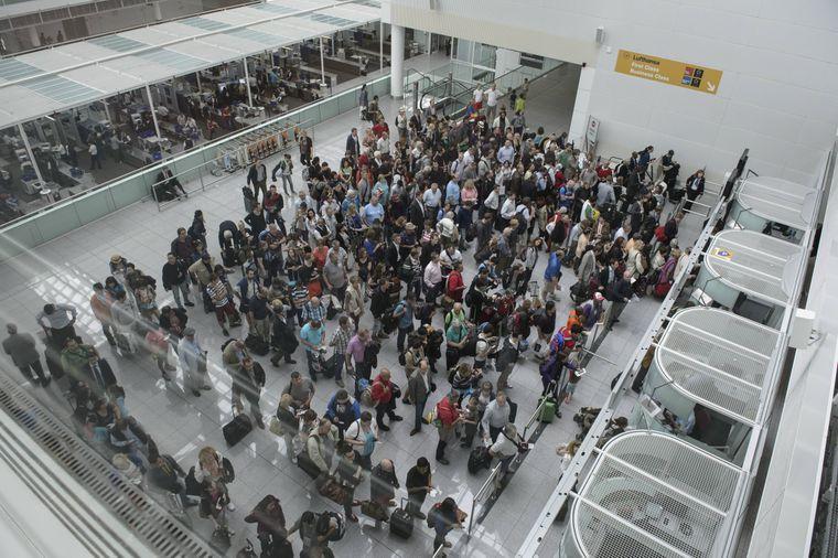 Lange Schlangen an den Sicherheitskontrollen im Terminal 2 des Flughafen Münchens.