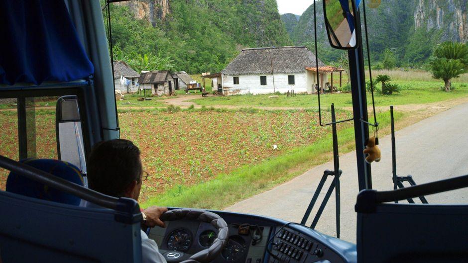 Ein Mann fährt einen Bus auf Kuba.