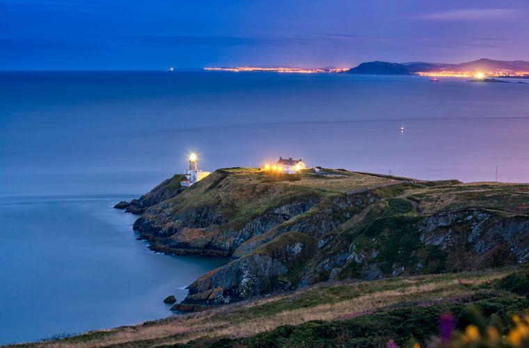 Auf der Halbinsel Howth Head wanderst du auf dem Cliff Walk etwa sechs Kilometer entlang der Küste und hast dabei jede Menge atemberaubende Aussichten.