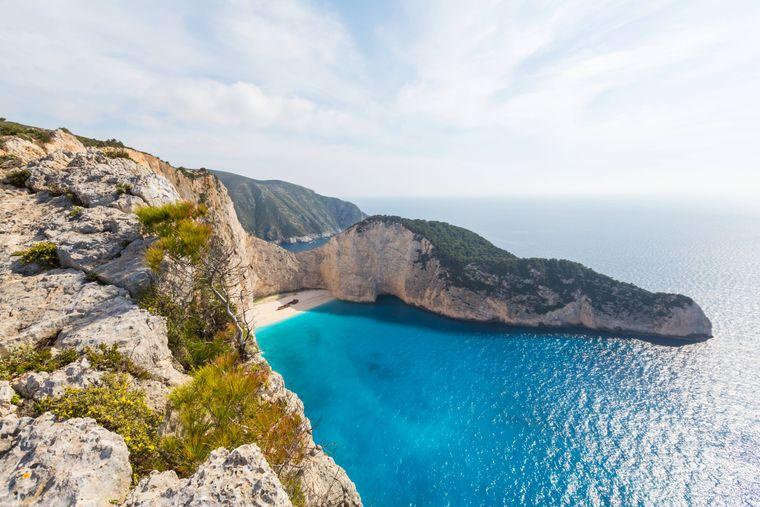 Weißer Sandstrand und glasklares Wasser: Das kann man am Navagio Beach auf der Insel Zakynthos genießen.
