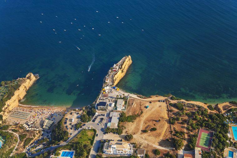 An der Algarve können Urlauberinnen und Urlauber auch abseits der beliebten Badeorte traumhafte Strände entdecken.