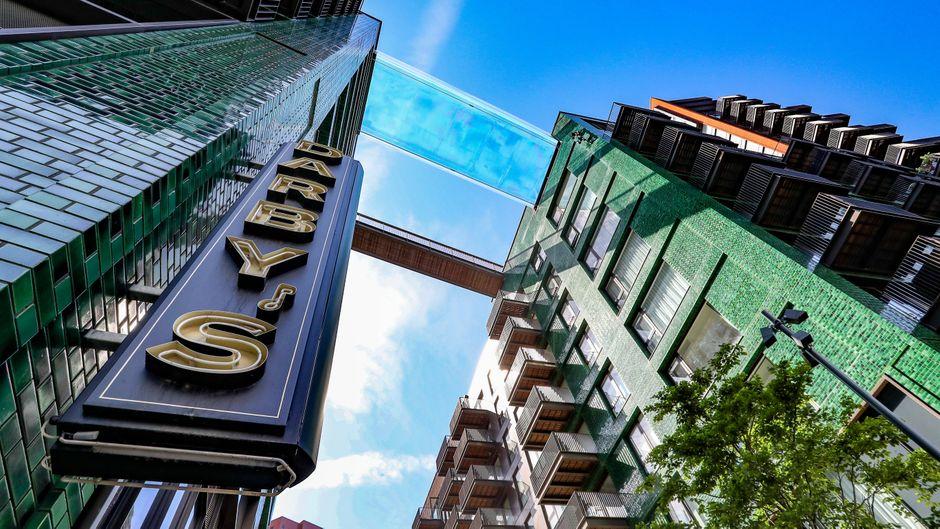 Schwimmen und schweben in 35 Metern Höhe: In London wurde 2021 ein Sky Pool aus Acryl zwischen zwei Hochhäusern eröffnet.