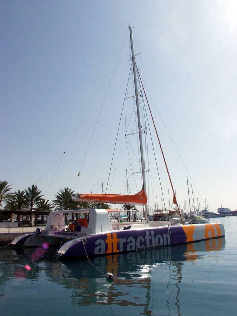 Du willst mal raus? Warum nicht gleich ganz raus aufs Mittelmeer: Ausflugsfahrten mit Katamaran oder Speedboat kannst du mit verschiedenen Anbietern unternehmen, die du schnell online finden kannst.