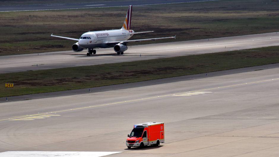 Wenn ein Patient nach der Landung weitere Hilfe benötigt, wird er direkt mit einem Krankenwagen ins Krankenhaus gebracht.