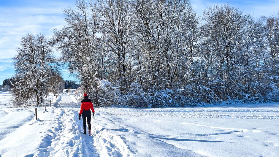 Wanderer in der Winterlandschaft in Marktoberdorf.