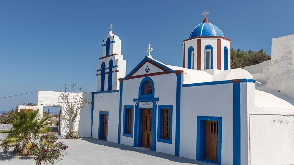 Eine orthodoxe Kirche mit Kuppel und Glockenturm auf Thirassia.
