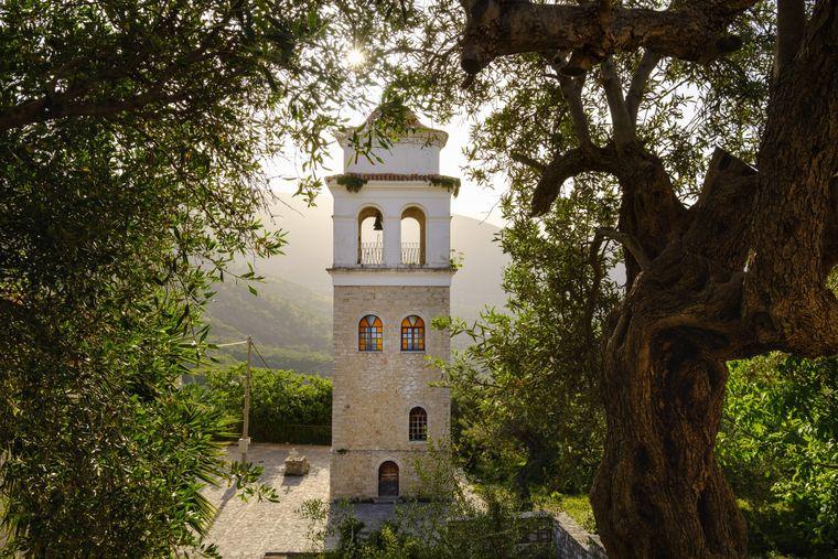 Ein Glockenturm in Himara.