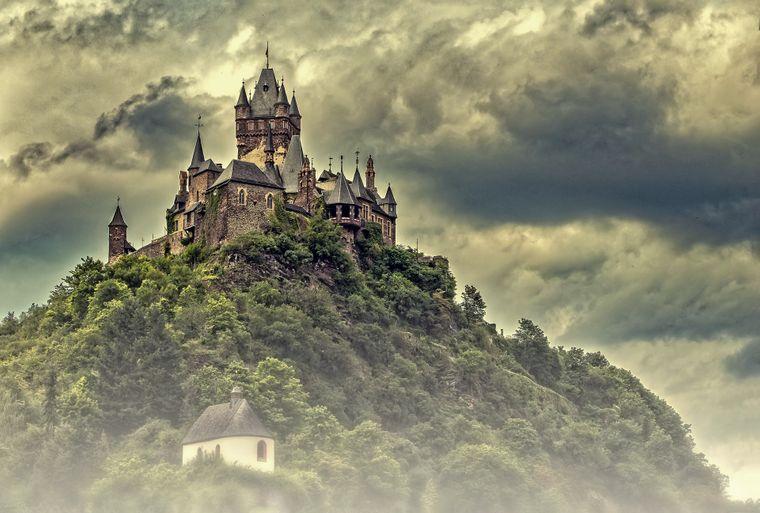 Die Reichsburg Cochem ist eine Burganlage in der rheinland-pfälzischen Stadt Cochem an der Mosel.
