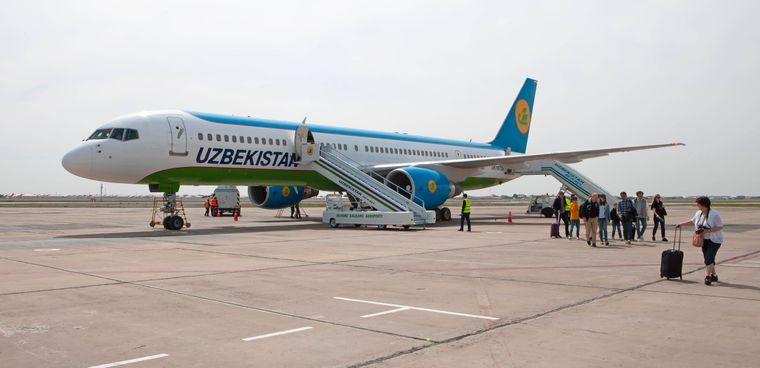 Flugzeug der Usbekistan Airways.
