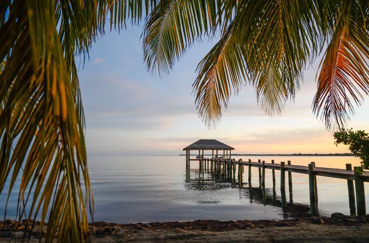 Belize grenzt im Osten an das Karibische Meer, im Westen an dichten Dschungel. Vor der Küste liegt das große Belize Barrier Reef, das von Hunderten tief liegender, Cayes genannter Inseln durchzogen ist. Im Dschungel befinden sich Maya-Ruinen, darunter das für seine hohe Pyramide bekannte Caracol.