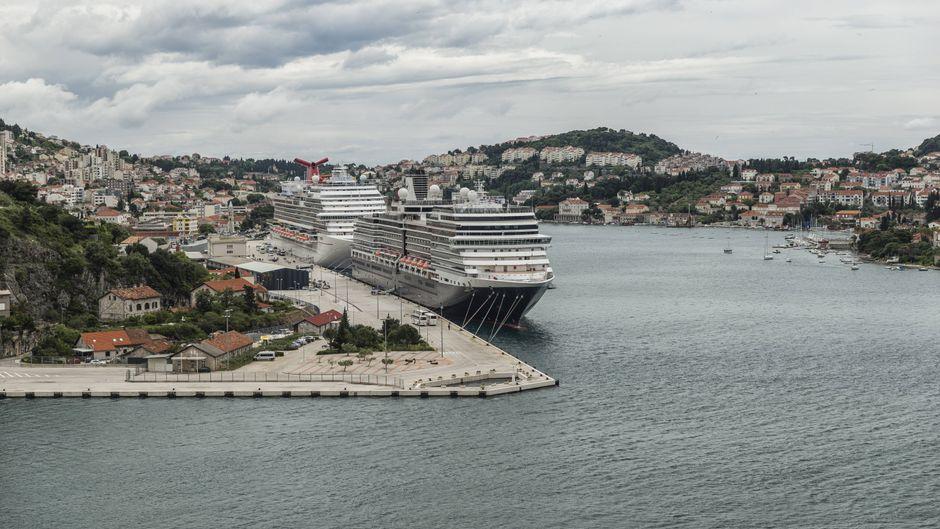 Blick auf den Hafen von Dubrovnik (Kroatien) mit Kreuzfahrtschiffen.
