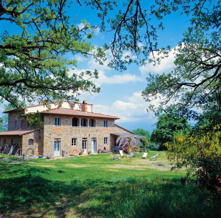 Zwischen jahrhundertealten Eichen und Olivenhainen steht eine italienische Villa.