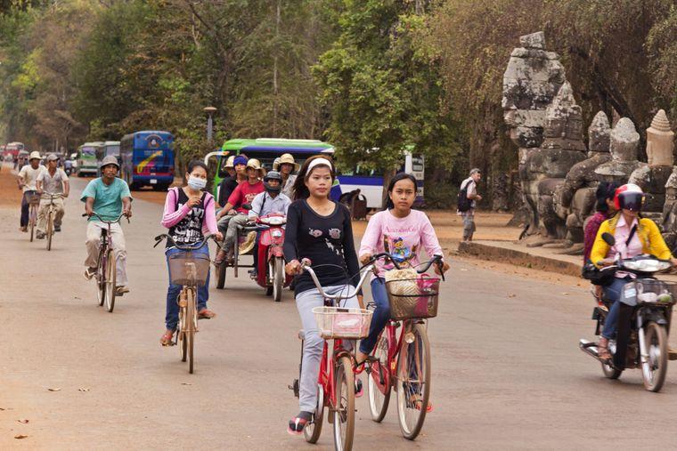 Fahrradfahrer an der Tempelanlage Angkor Wat.