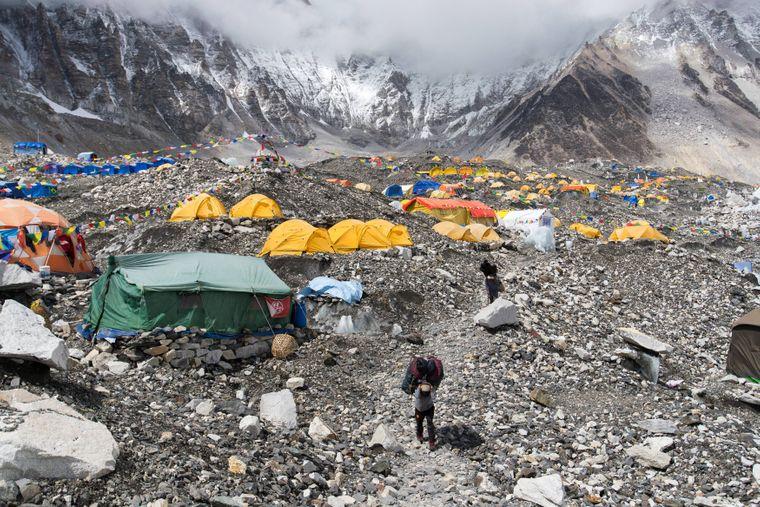 """Overtourism am Mount Everest: Wer den Gipfel erklimmen will, muss derzeit """"nur"""" eine Gebühr von 11.000 US-Dollar zahlen – auch unerfahrene Menschen kommen so auf den Berg."""