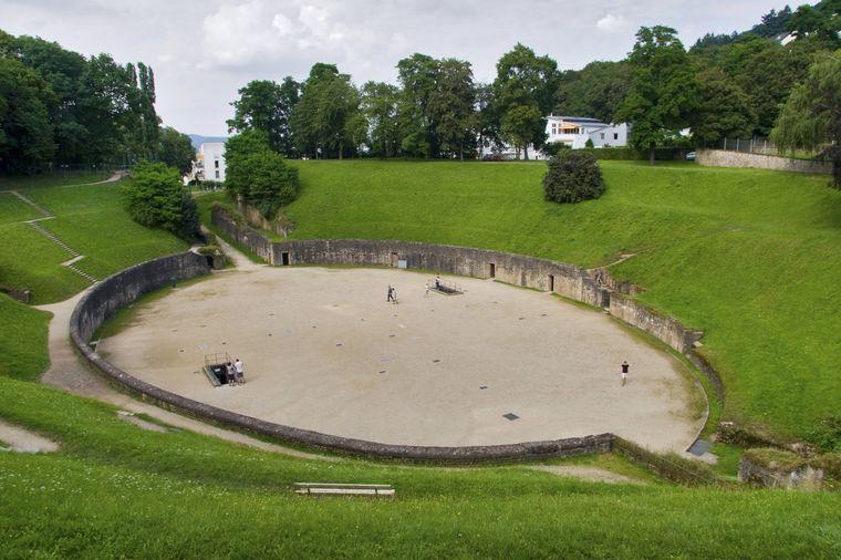 Hier wurden einst hitzige Kämpfe ausgetragen – das römische Amphitheater in Trier lockt noch heute viele Besucherinnen und Besucher an.