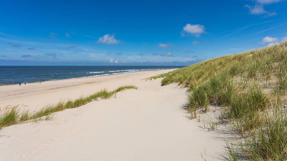 Blauer Himmel am Nordstrand von Norderney, Ostfriesische Inseln.