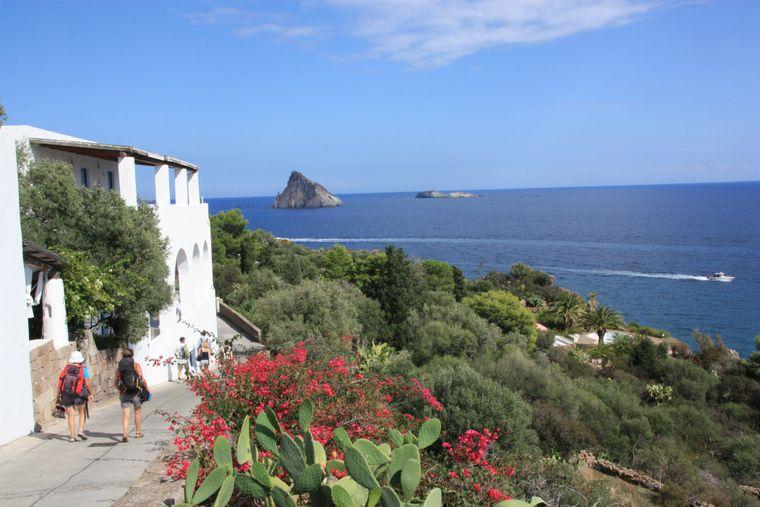 Panarea, die zu den Liparischen Inseln gehört, bietet zahlreiche Gechäfte, Restaurants und Bars und ein lebendiges Nachtleben.