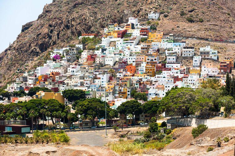 Das Dorf San Andrés im Südosten der Insel hat eine Besonderheit: Es wurde komplett an einem Berghang gebaut!