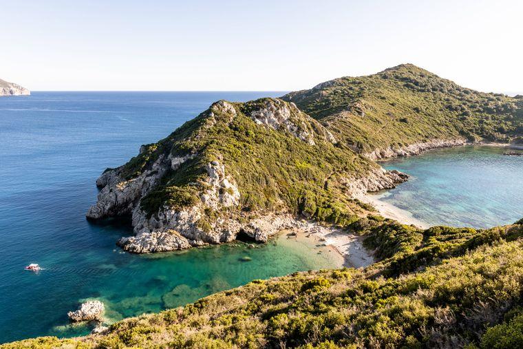 Einen der schönsten Strände der Insel finden Urlauber am Cape in der Nähe des Ortes Afionas auf Korfu.