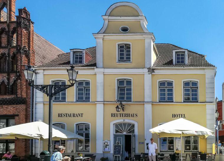 Wohnen wie einst Fritz Reuter? Im Reuterhaus in Wismar wandelst du auf den Spuren des niederdeutschen Dichters.
