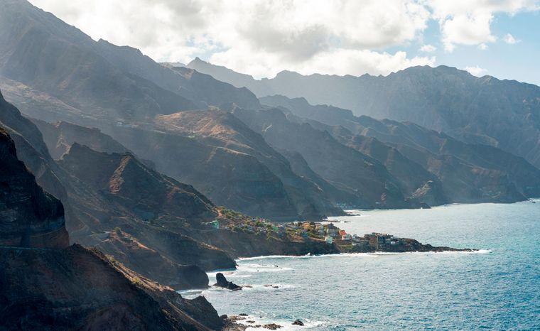 Die Kapverden bestehen aus mehreren Inseln, die größte heißt Santiago. Das Land ist für seine kreolische portugiesisch-afrikanische Kultur bekannt, die vielen Strände und die traditionelle Morna-Musik.