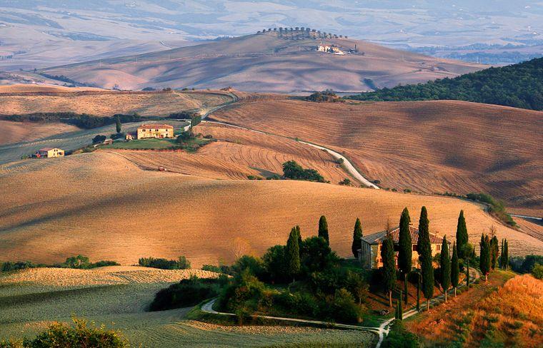 Hügel mit historischem Gut in der Toskana.