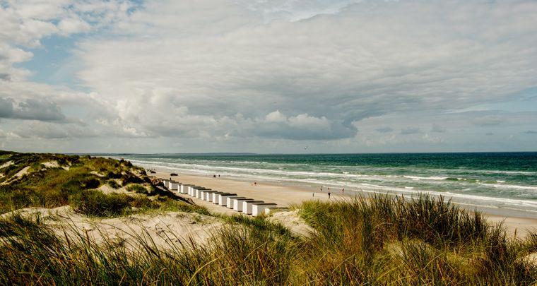 Den Sommer über stehen historische Strandhäuschen am Strand von Løkken an der Jammerbucht in Nordjütland.