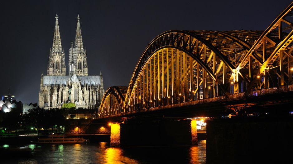 Blick auf den Kölner Dom bei Nacht.