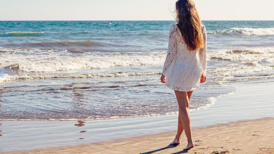 Eine Urlauberin am Strand auf Gran Canaria – wie ist die Situation auf der Insel nach der Reisewarnung?