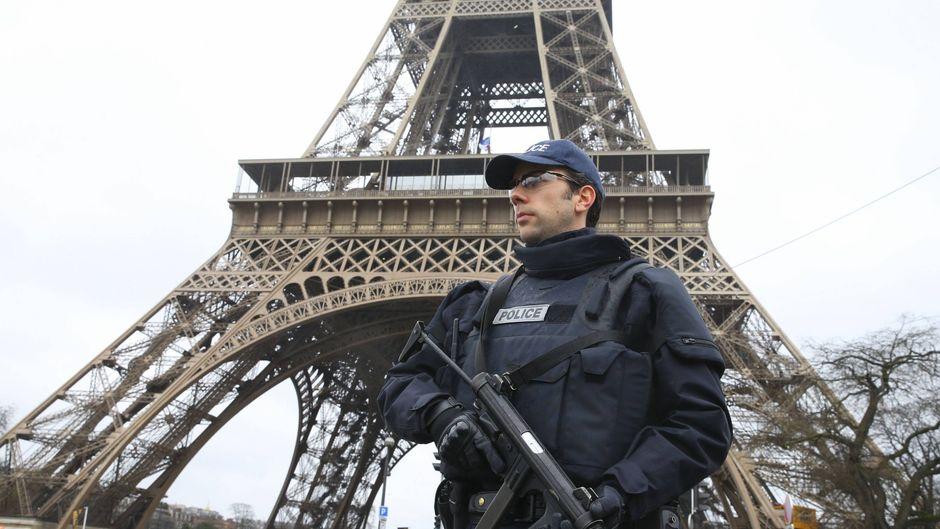 Ein Polizist vor dem Eiffelturm in Paris. (Symbolfoto)