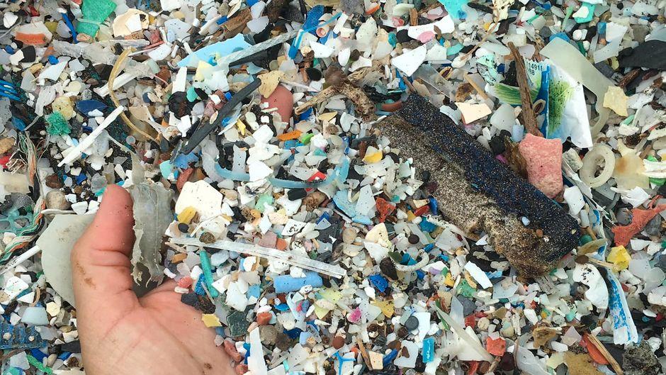 Die Plastikpartikel, die den Strand verunreinigen, sind ein immer größer werdendes Problem auf den Kanarischen Inseln.