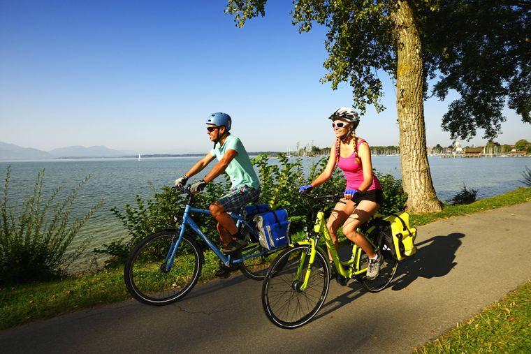 Radfahrer auf dem Chiemsee-Radweg.