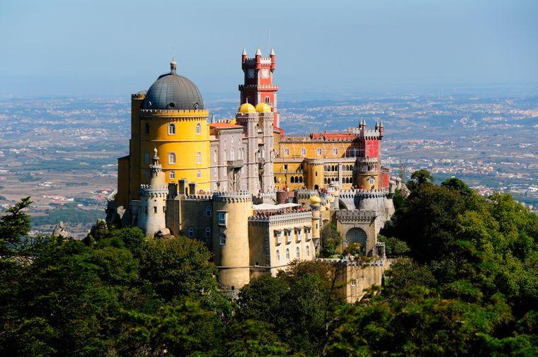 Der Palácio da Pena über Sintra und gehört mit zum Weltkulturerbe von der Unesco.