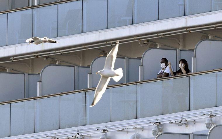 """Passagiere mit Mundschutz auf dem Kreuzfahrtschiff """"Diamond Princess"""" in Japan."""